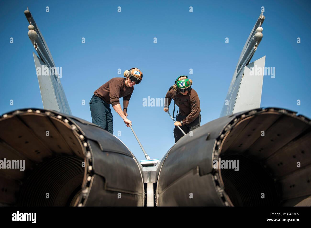 L'Machinistâ Aviation Mates nettoyer un F/A-18C Hornet. Photo Stock