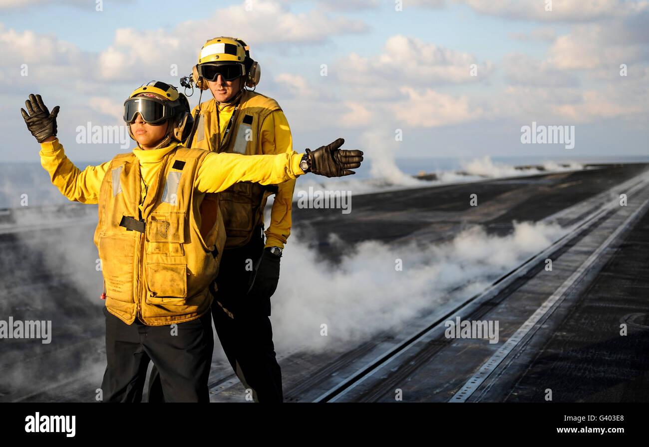 Boatswain's Aviation partenaires pendant les opérations de vol sur l'USS Nimitz. Photo Stock