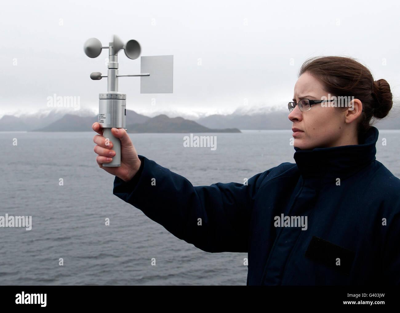 Aerographer'Mate utilise un anémomètre pour mesurer la vitesse du vent. Photo Stock