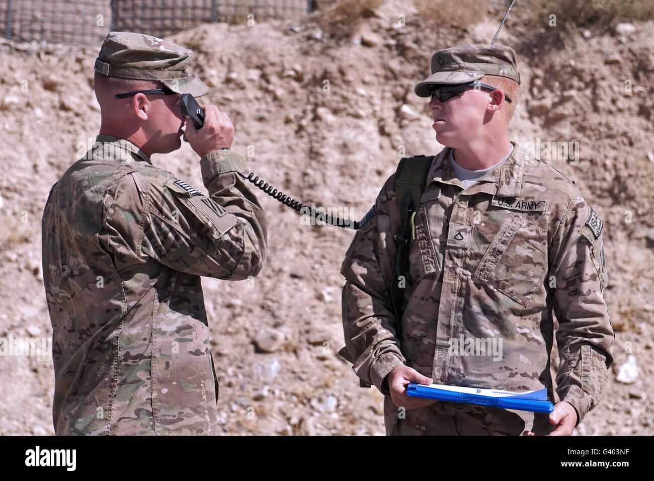 Le chef de l'armée américaine reçoit des coordonnées à partir de la commande des feux Photo Stock