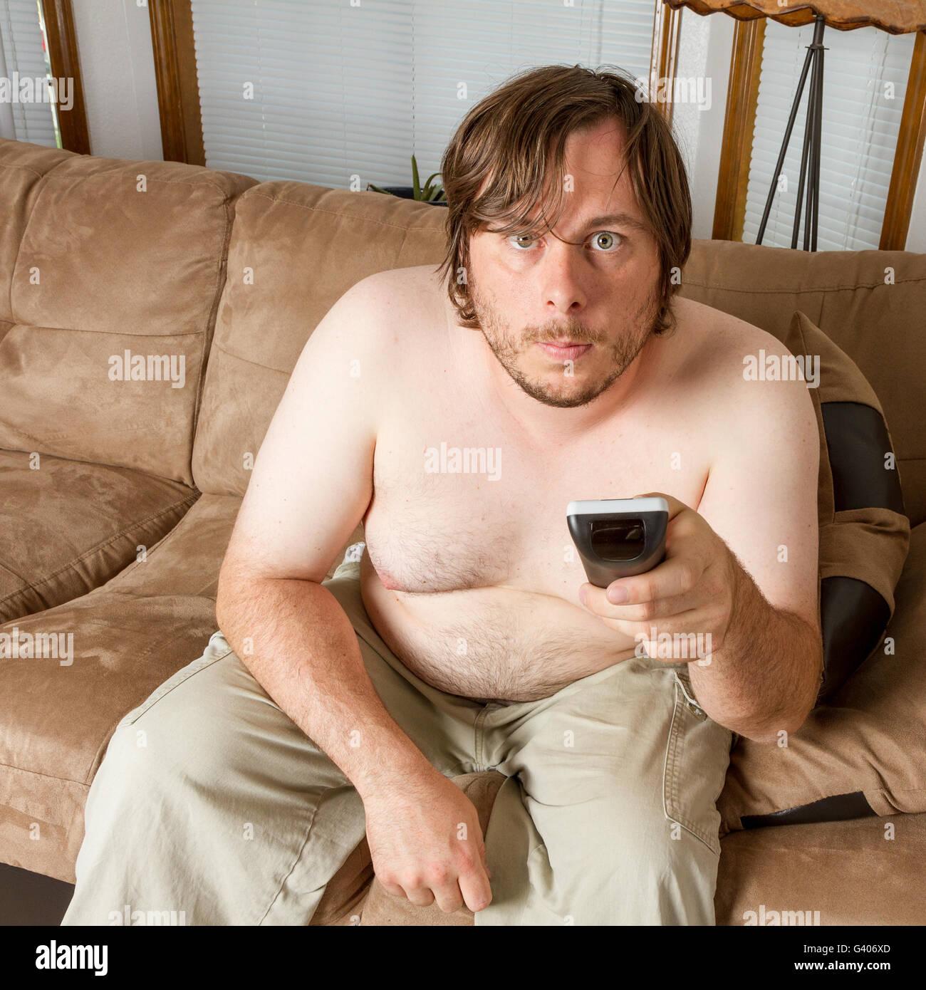 L'homme jouant le rôle de paresseux le téléphage Photo Stock