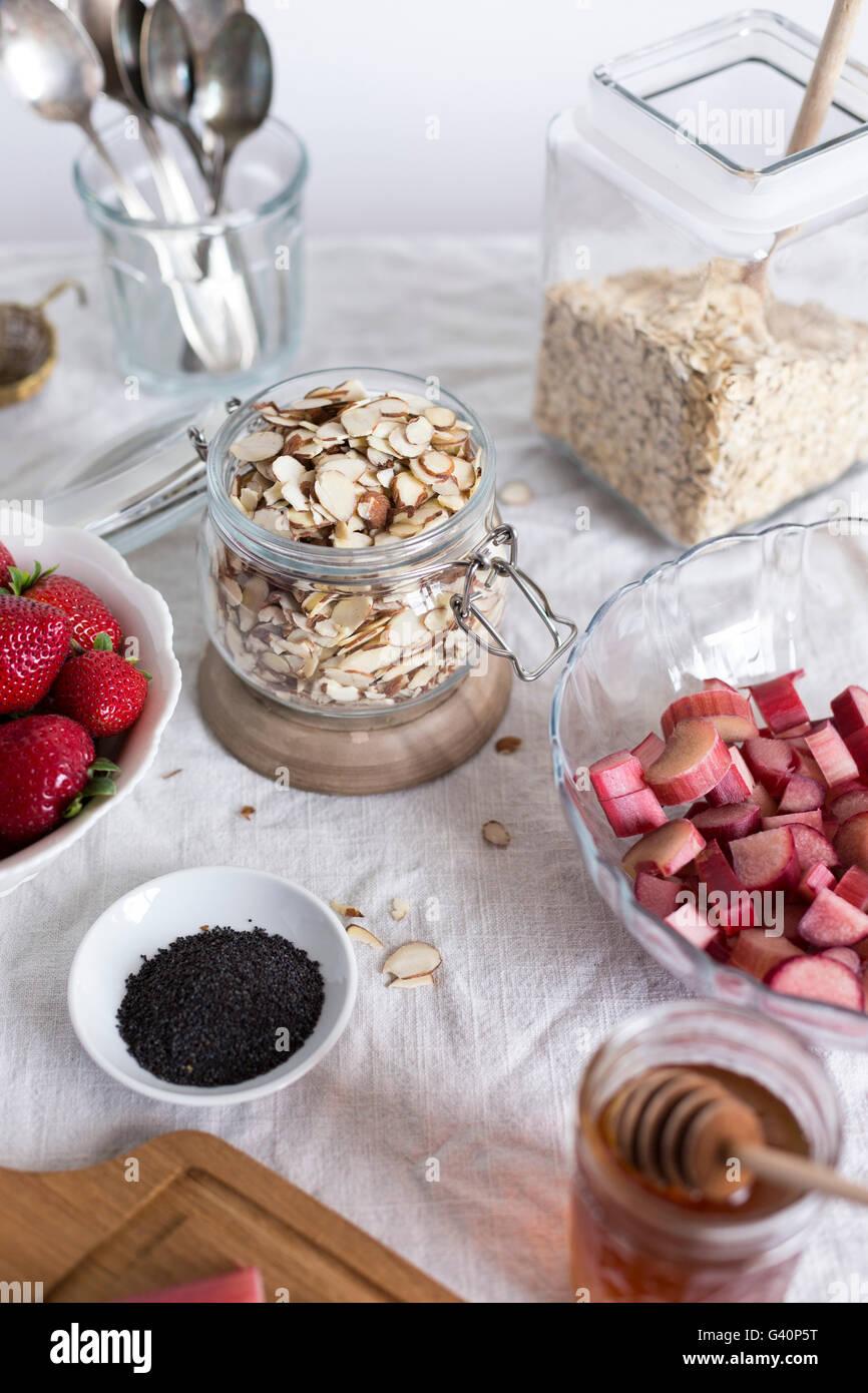 Ingrédients pour le petit-déjeuner à la fraise et à la rhubarbe croustillant d'avoine sont Photo Stock