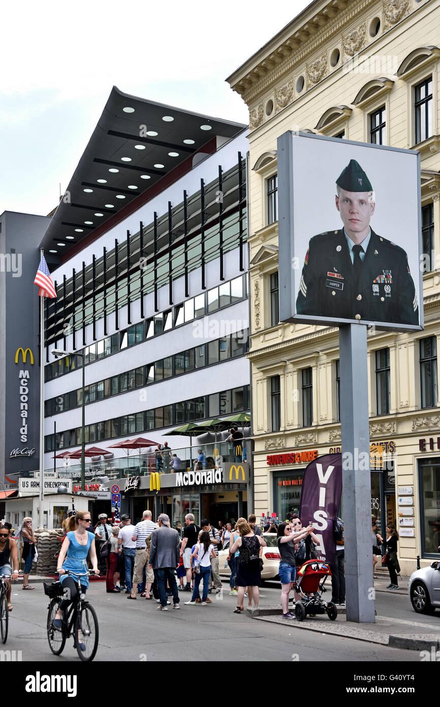 Checkpoint Charlie Checkpoint ( C ) de la Friedrichstrasse, était le plus célèbre Mur de Berlin point Photo Stock