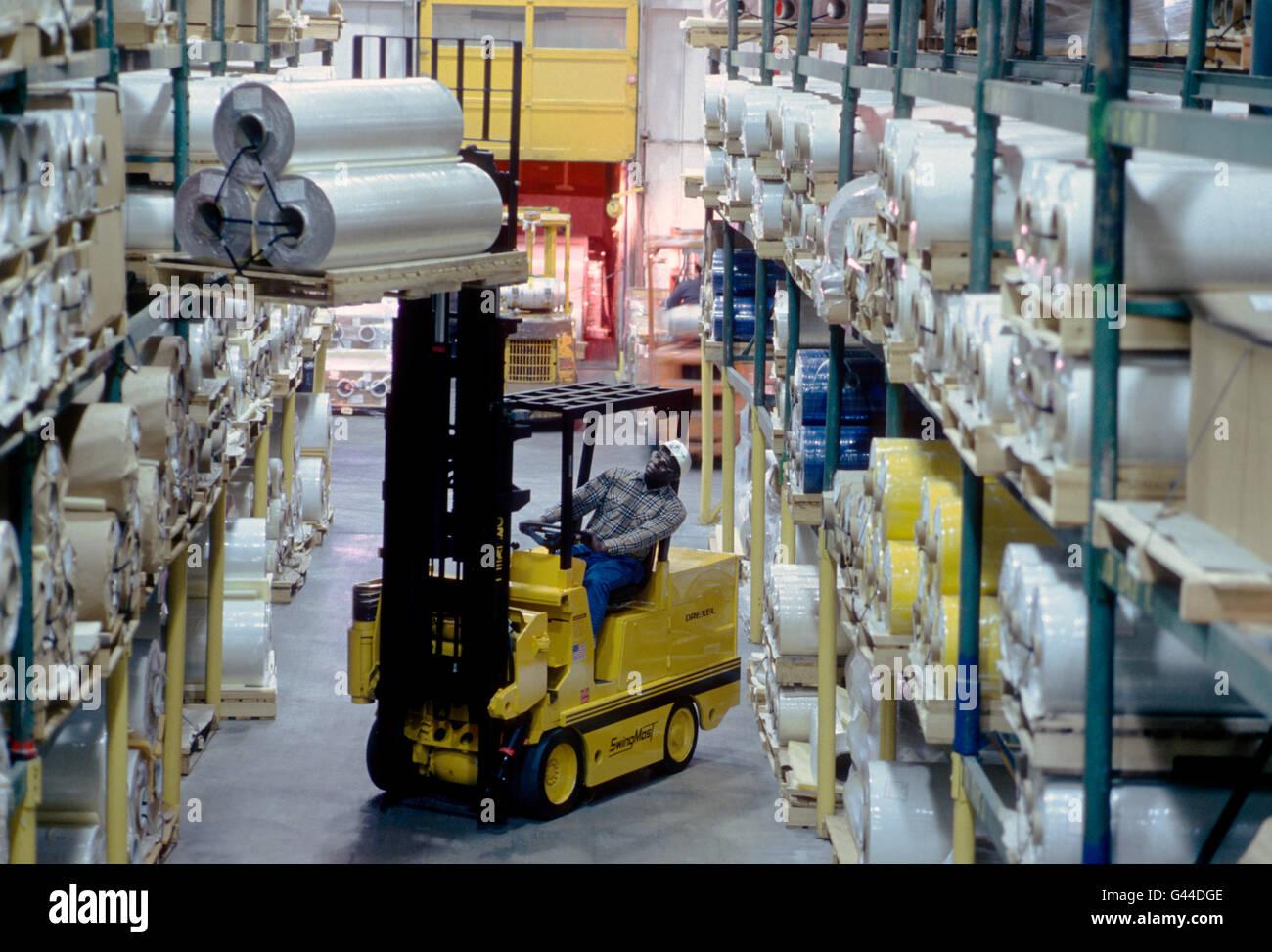 Chariot élévateur travailler dans un grand entrepôt de distribution Photo Stock