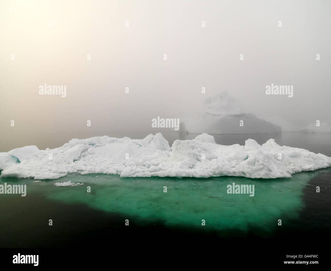 D'énormes icebergs sont sur l'océan Arctique, à glace Ilulissat fiord, Groenland Photo Stock