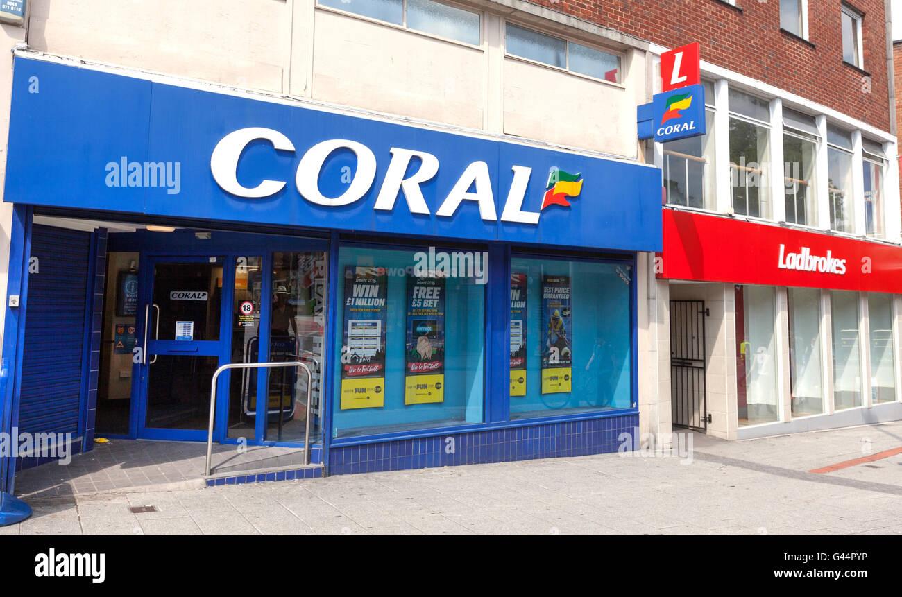 Coral et Ladbrokes betting boutiques à côté de l'autre Banque D'Images