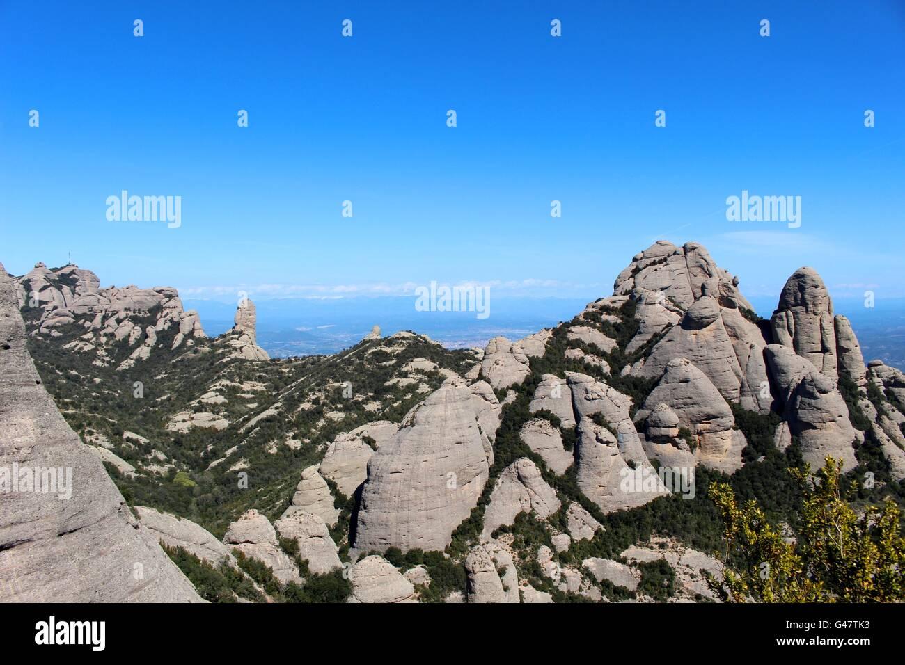 Les crêtes dentelées qui lui donnent son nom de la Montagne de Montserrat. Photo Stock