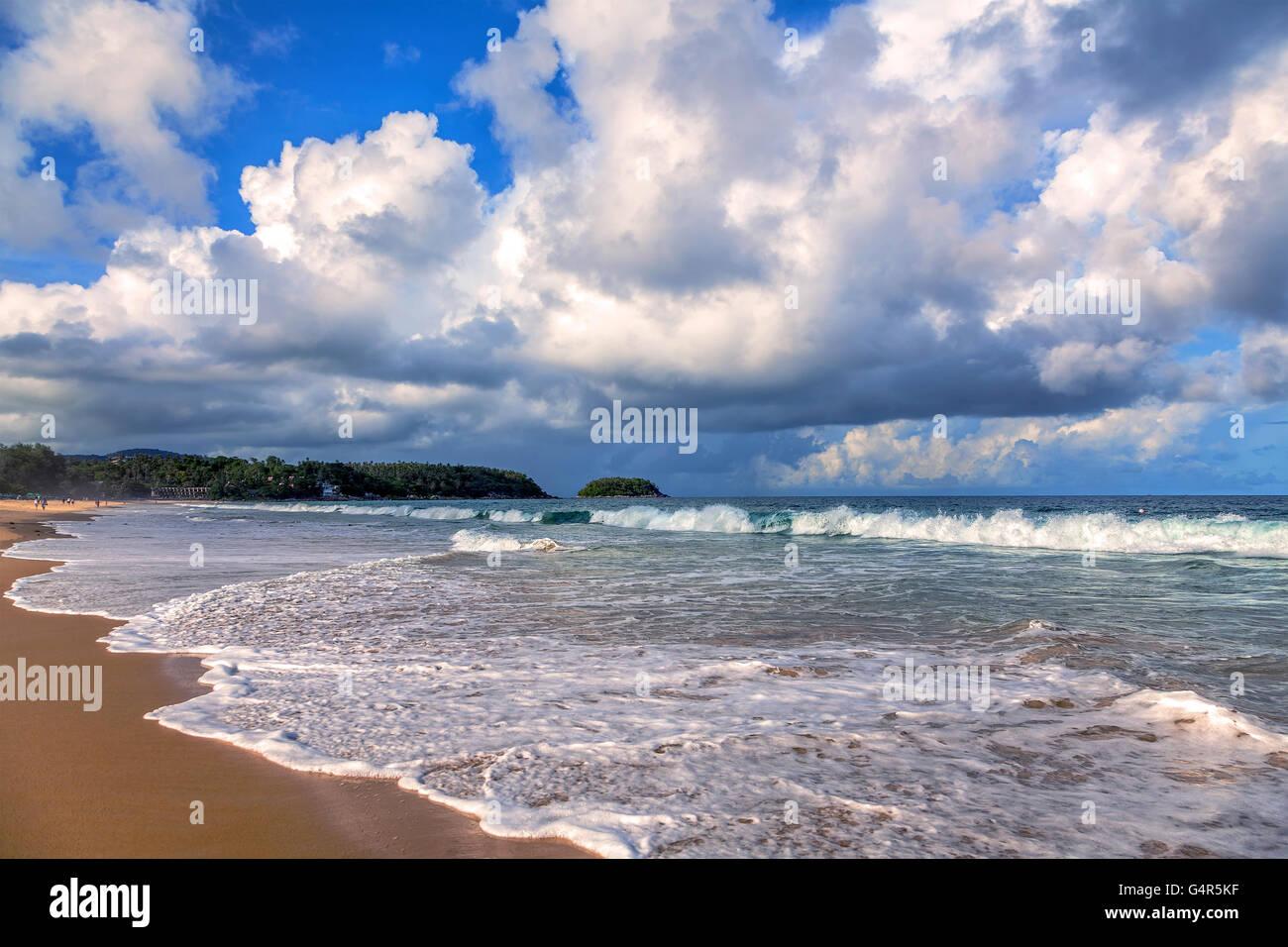 Tempête sur la plage de Karon. L'île de Phuket en Thaïlande. Photo Stock