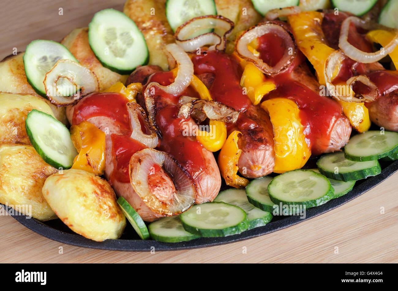 Plat avec des saucisses et légumes Photo Stock