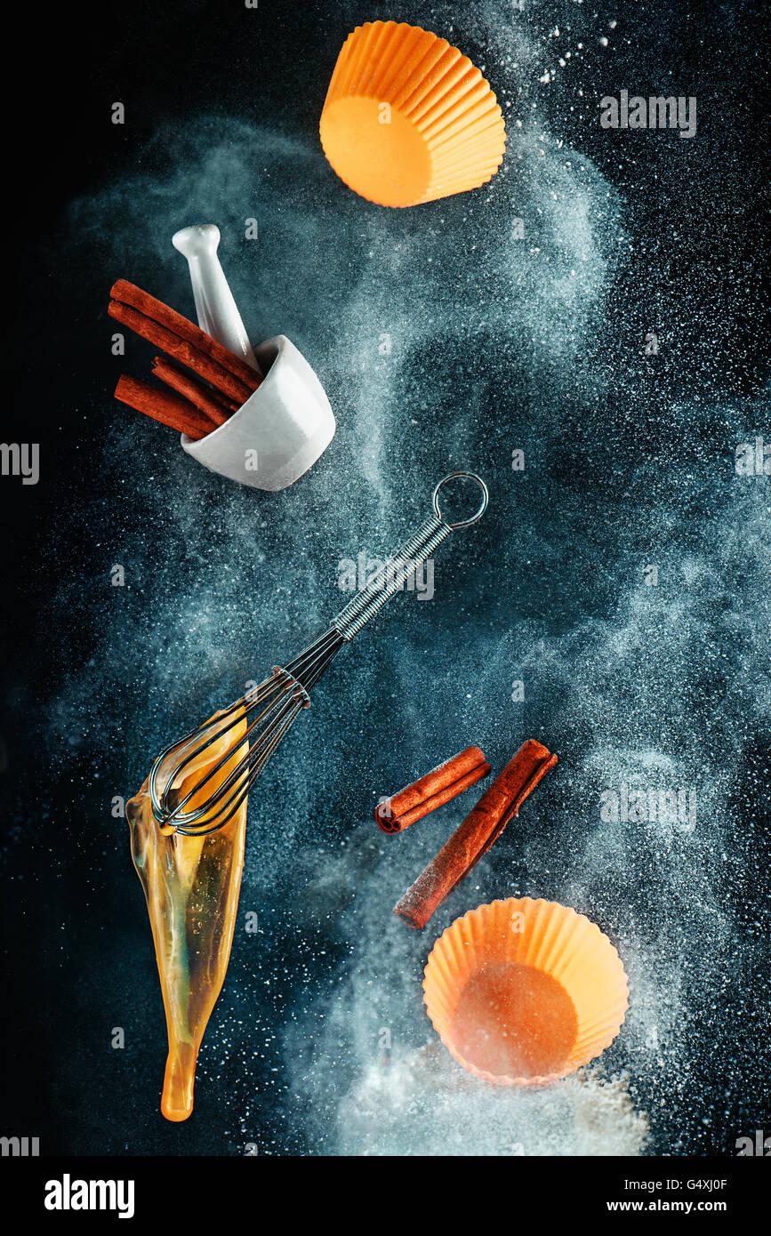 Mess cuisine: cuisson des gâteaux à la cannelle Photo Stock