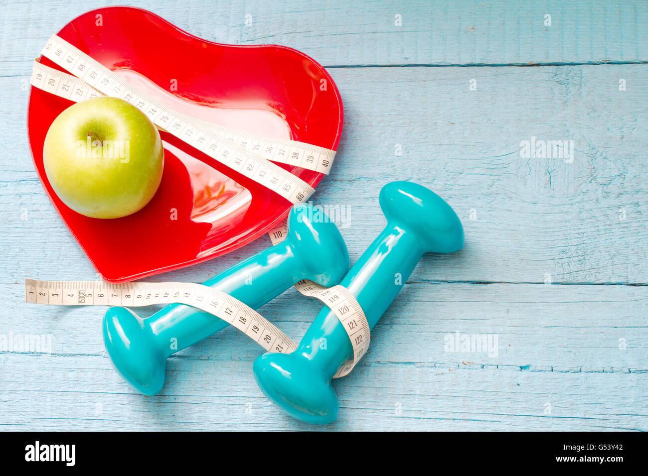 Mettre en place et de la santé concept abstrait avec coeur rouge Plaque sur fond bleu en bois Photo Stock