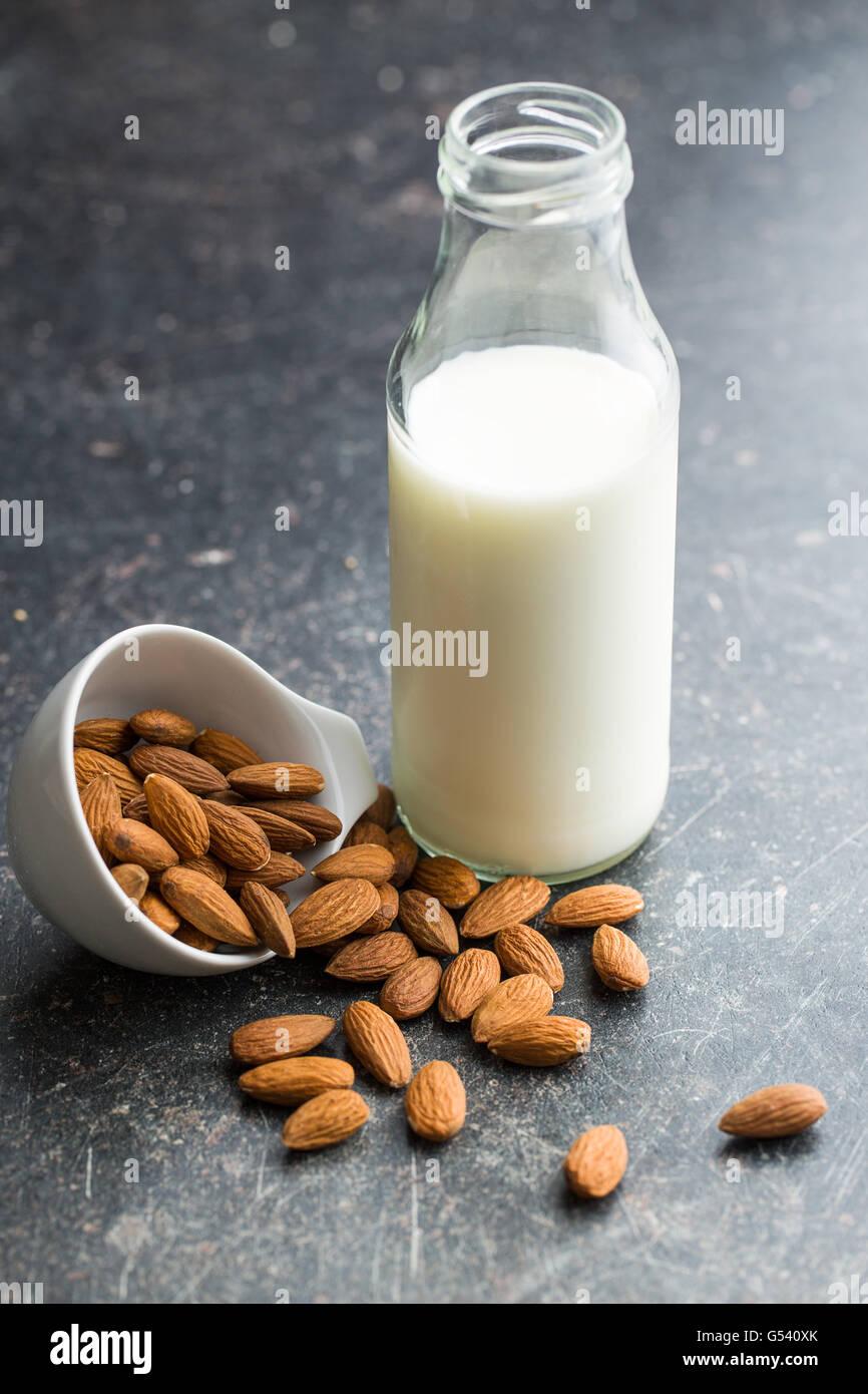 Le lait d'amande et des amandes. Flacon en verre de lait délicieux. Photo Stock