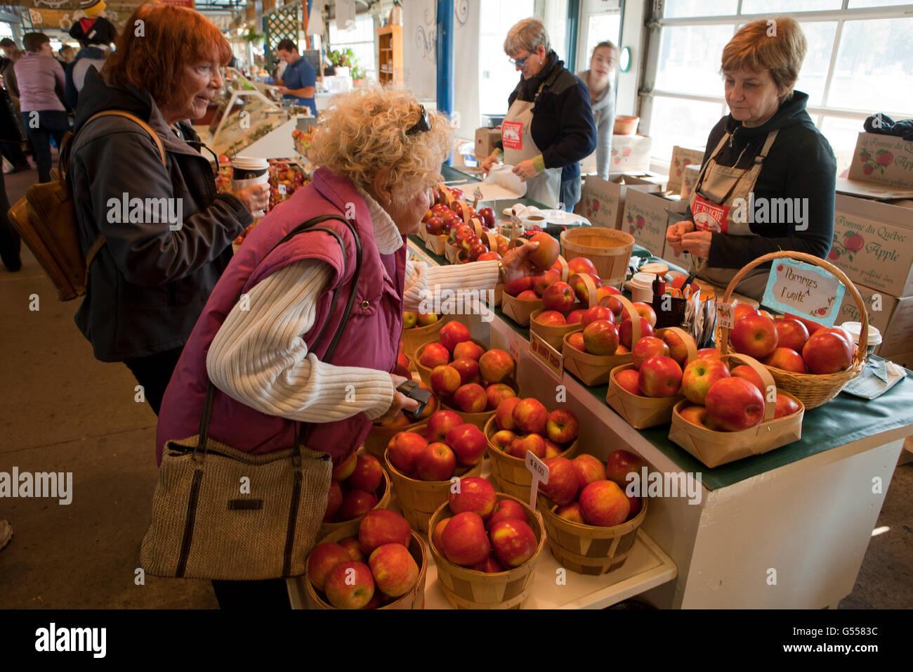 Le vendeur et les clients d'Apple dans le marché alimentaire, quartier du Vieux Port (Sainte-Foy), Québec, Photo Stock