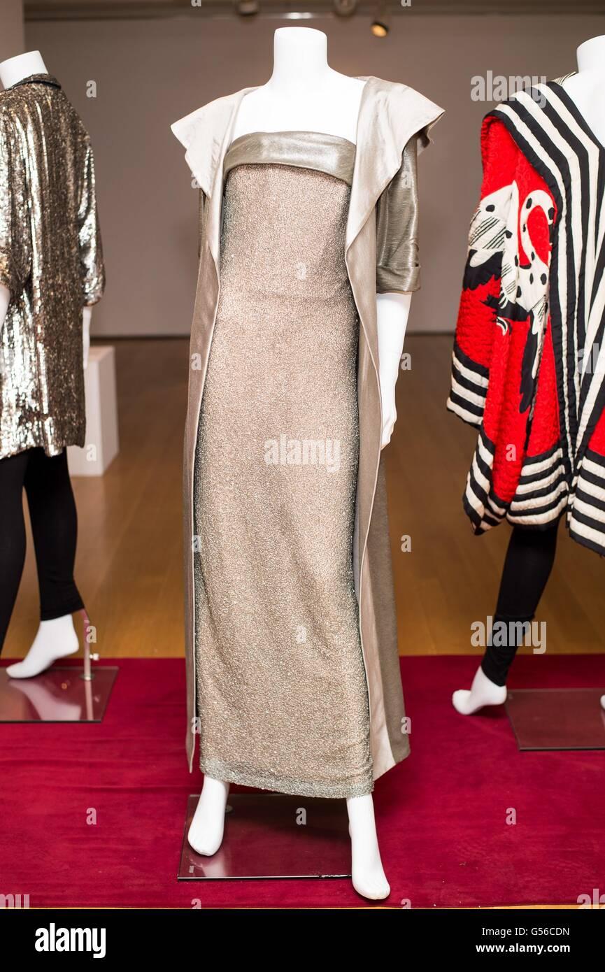 New York, NY, USA. 19 Juin, 2016. Un soir d'argent et bronze comprenant un ensemble robe sans bretelles tissées Photo Stock