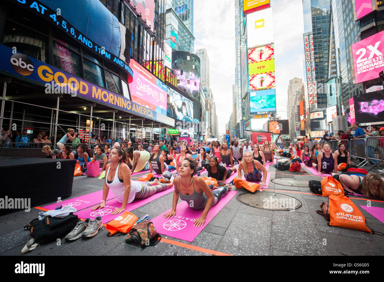 New York, USA. 20 Juin, 2016. Des milliers de pratiquants de yoga pack Times Square à New York pour pratiquer Photo Stock