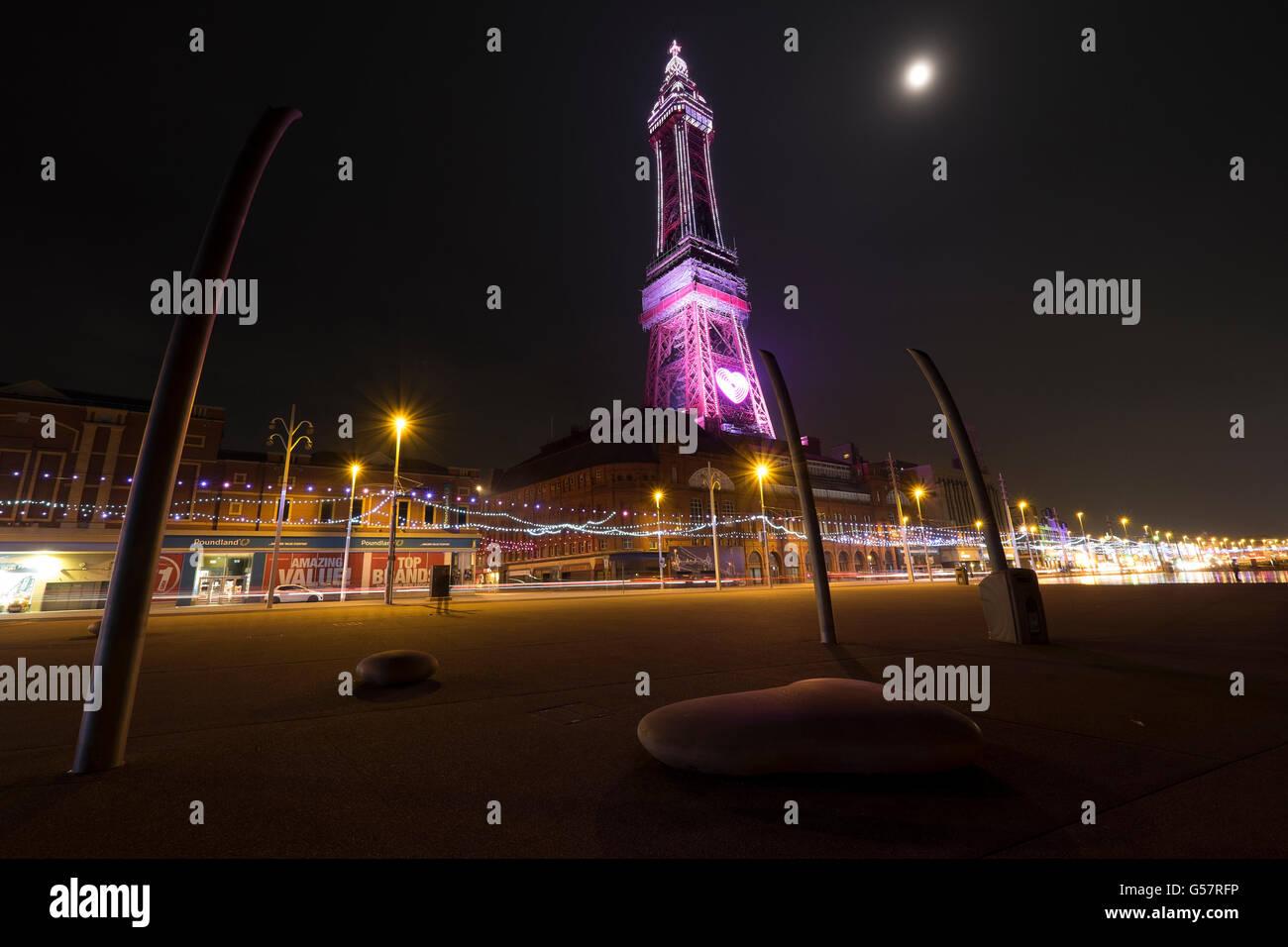 La tour de Blackpool est éclairée la nuit en rose Photo Stock