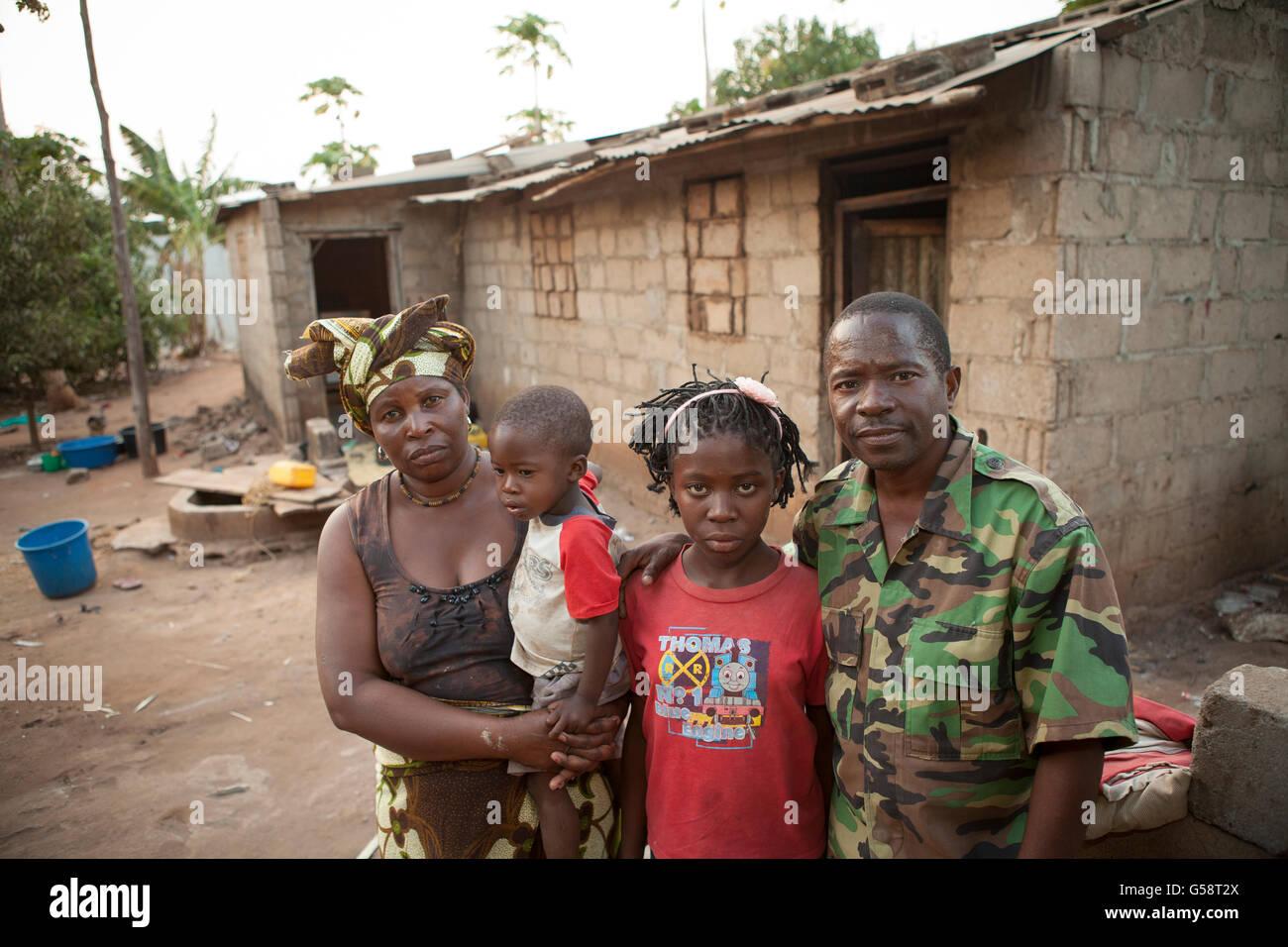 Une famille se tient ensemble en dehors de leur maison à Nampula, Mozambique. Photo Stock