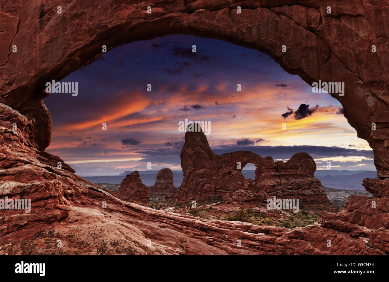 Fenêtre nord Arch Arch et de la tourelle au coucher du soleil, Arches National Park, Utah, USA Photo Stock