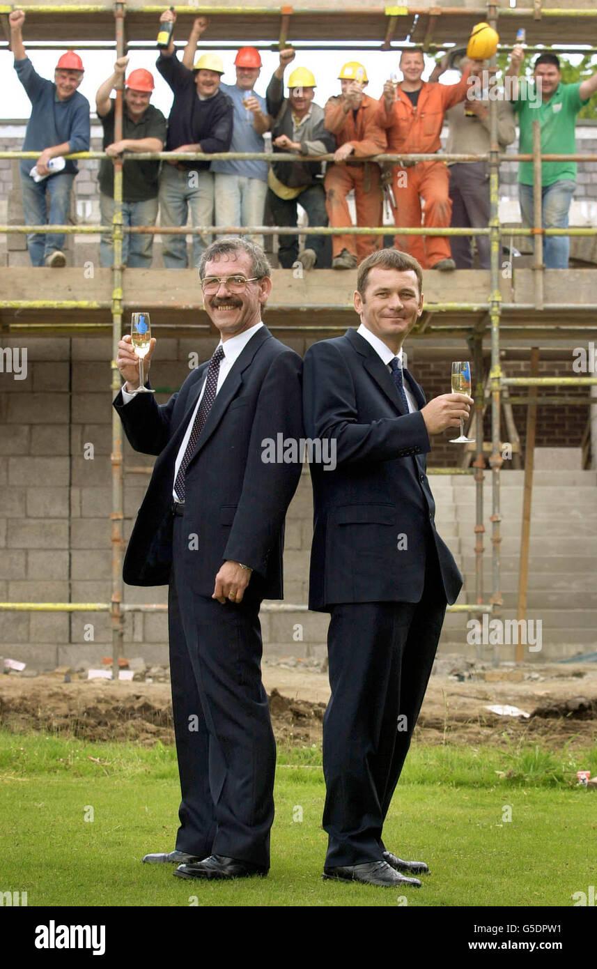 Derek Wilson, 53 ans, de Thornton à Fife (à gauche), accompagné de son beau-fils Paul Fane, 35 ans, qui, avec l'épouse de Derek Sheila, est devenu le plus grand gagnant de loterie en Écosse après avoir gagné 11.1 millions, fêtent avec du champagne. * ... comme ils sont applaudi par les constructeurs à proximité à un appel de presse à un hôtel à Kirkcaldy. Banque D'Images