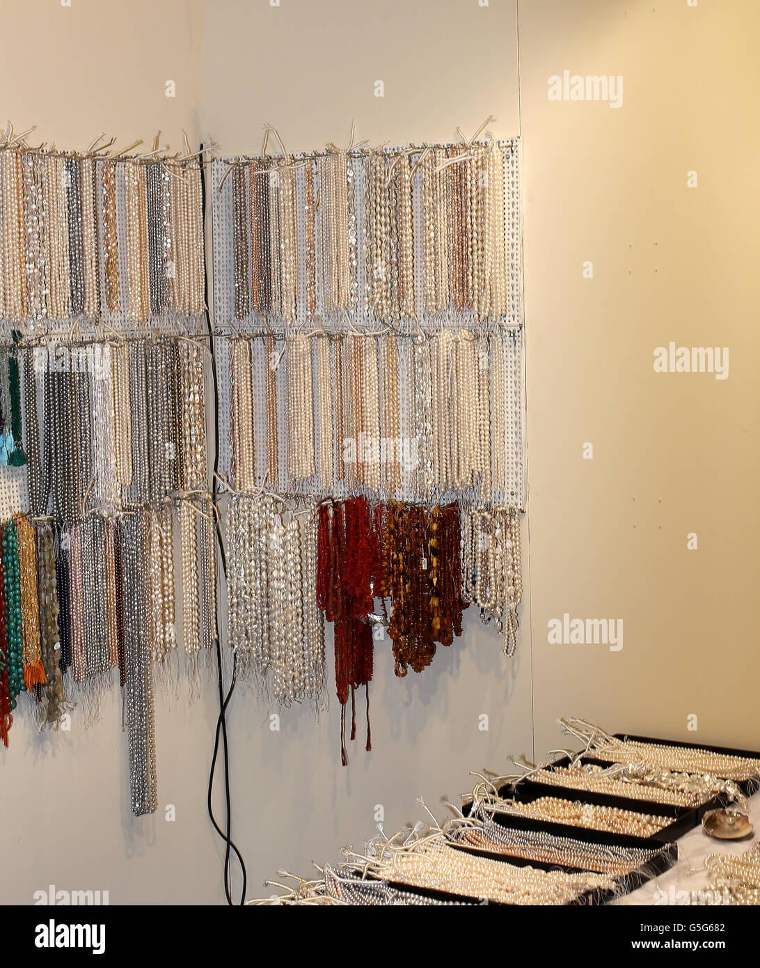 Beaucoup de beaux collier de divers à vendre dans la boutique de bijoux  fantaisie Bijoux Photo bbf84debcbef