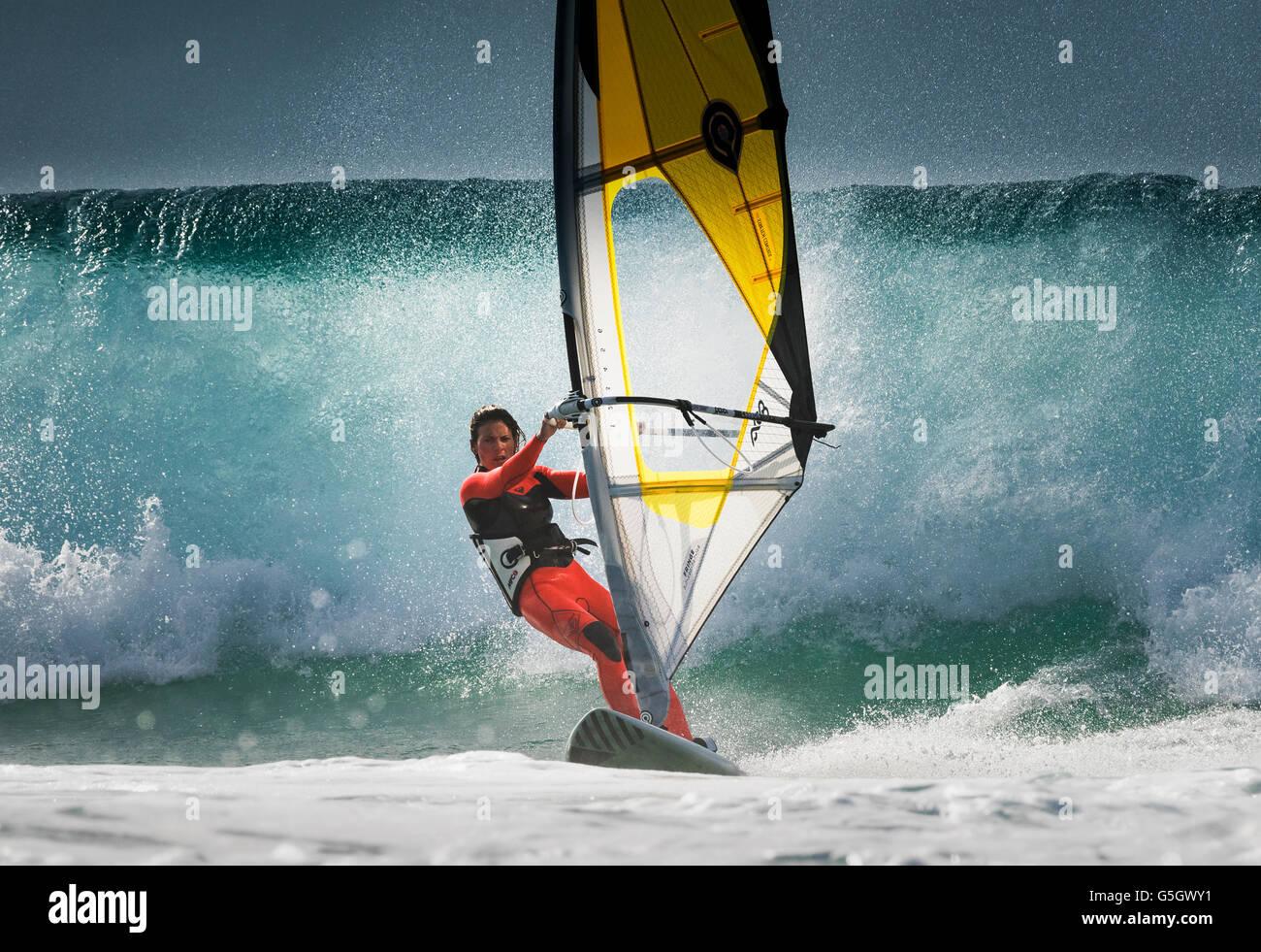 Planche à voile l'action, Tarifa, Costa de la Luz, Cadix, Andalousie, Espagne, Europe du Sud. Photo Stock