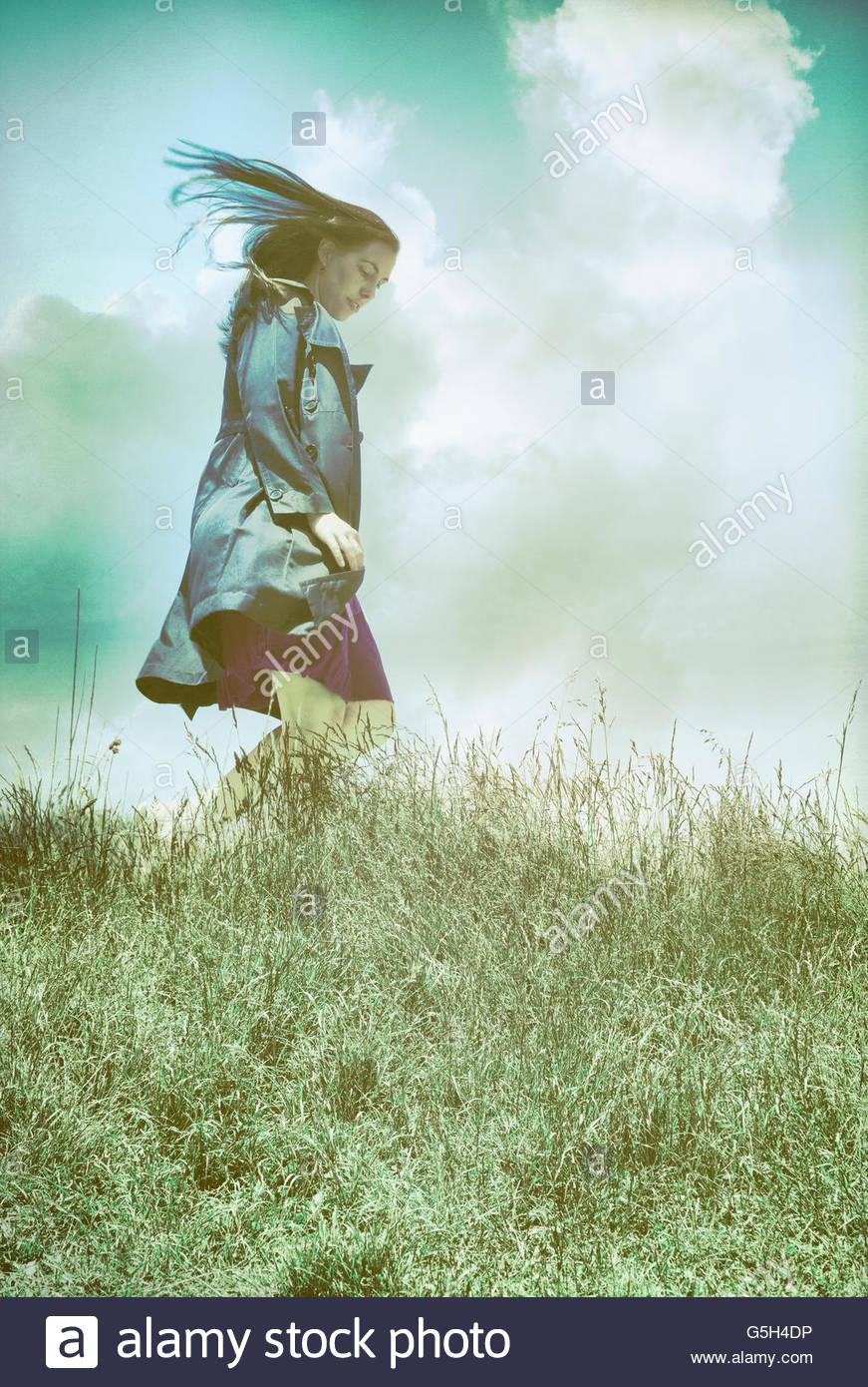 Femme en manteau noir vent Banque D'Images