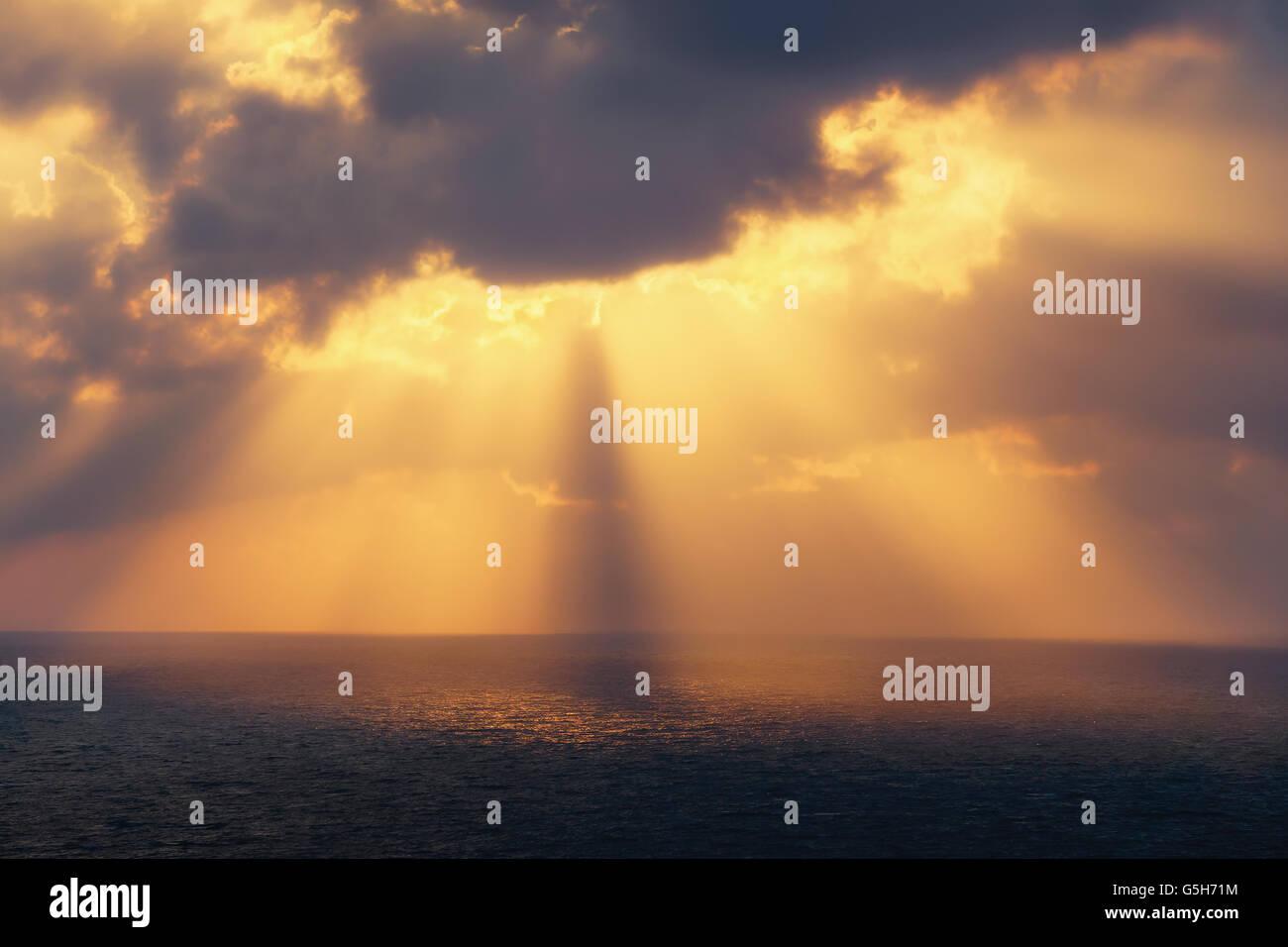 Les rayons du soleil d'or sur la mer au coucher du soleil Photo Stock