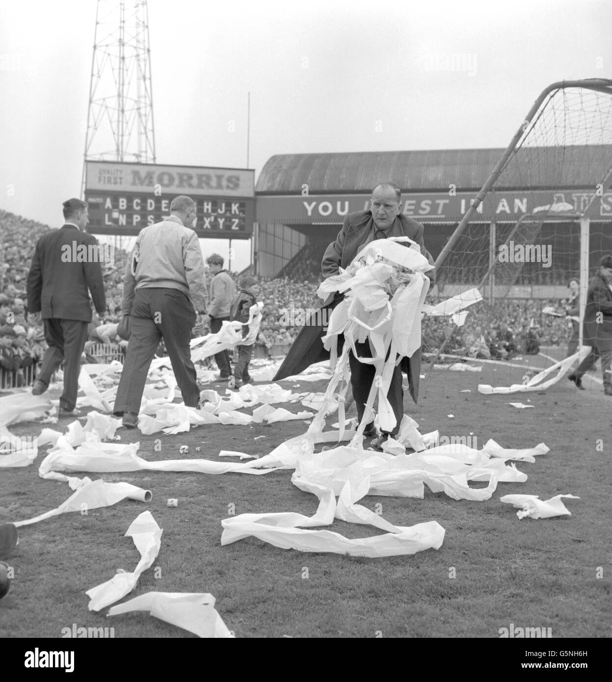 Soccer - Papier toilette dispersés sur le terrain d'Aston Villa. Banque D'Images
