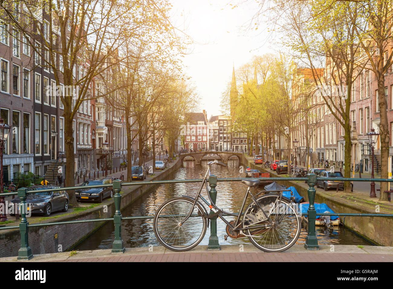 Des vélos sur le pont à Amsterdam Pays-Bas Photo Stock