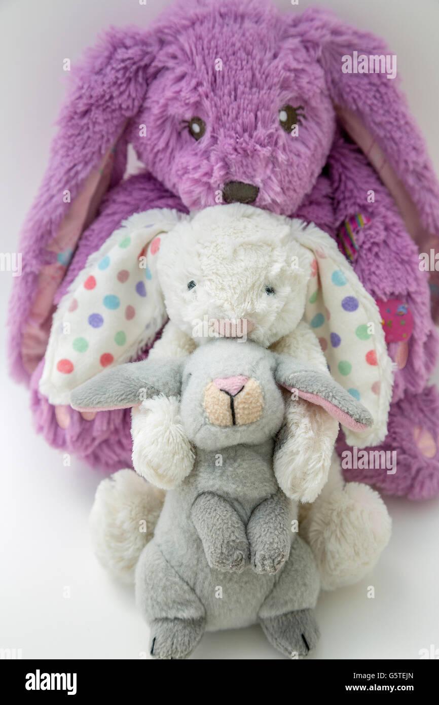 Trois lapins en peluche hugging Photo Stock