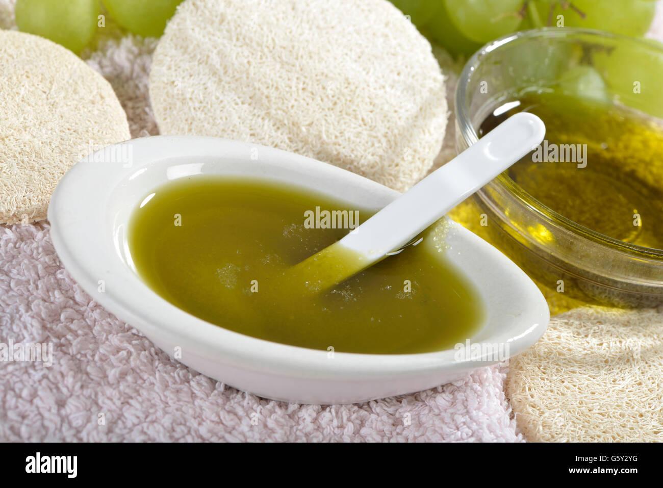 L'huile de pépins de raisin avec du sel de l'océan pour l'utilisation comme l'épluchage Photo Stock
