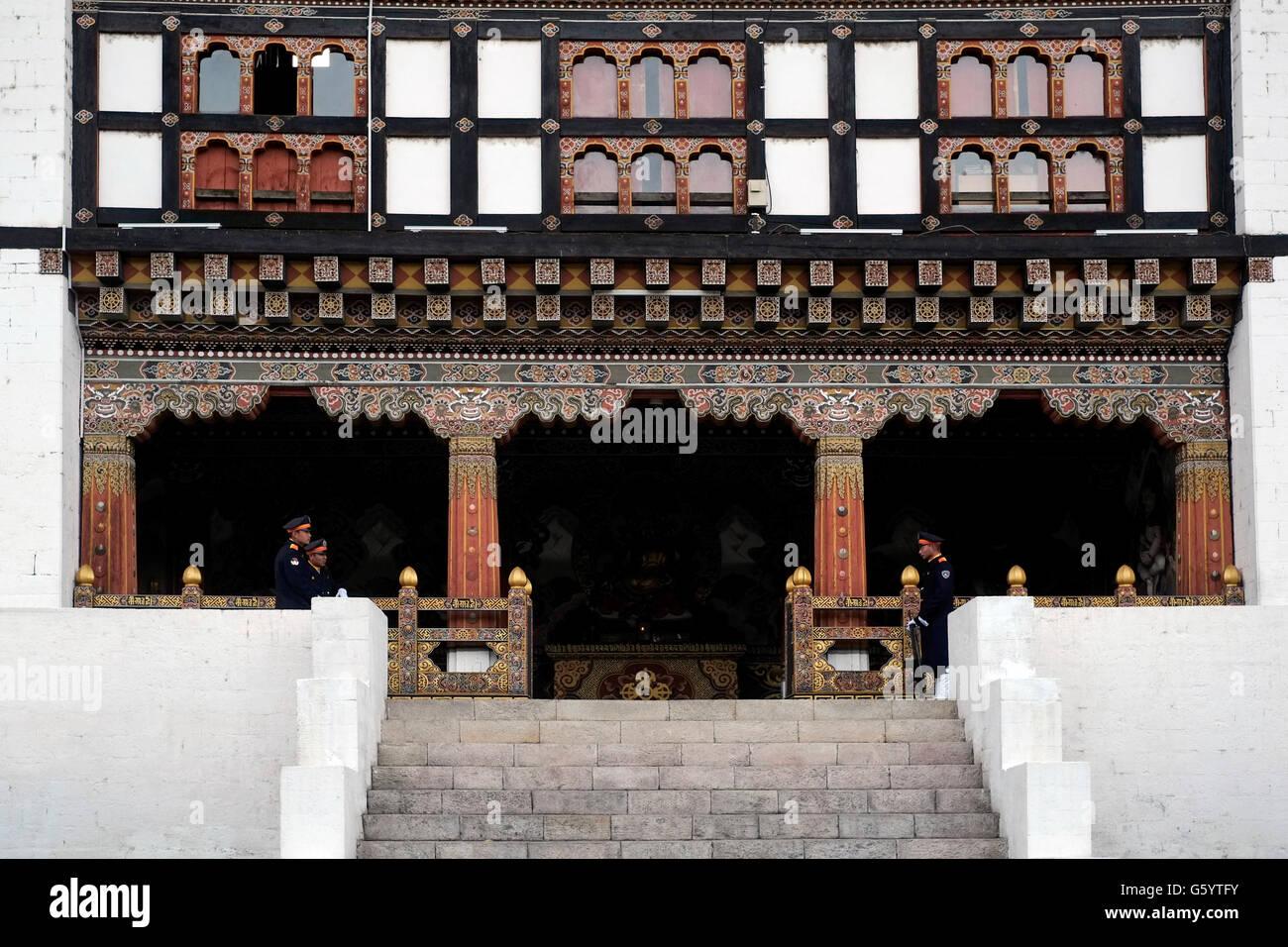 L'entrée dans les bureaux de l'état Tashichho Dzong forteresse de siège du gouvernement du Photo Stock