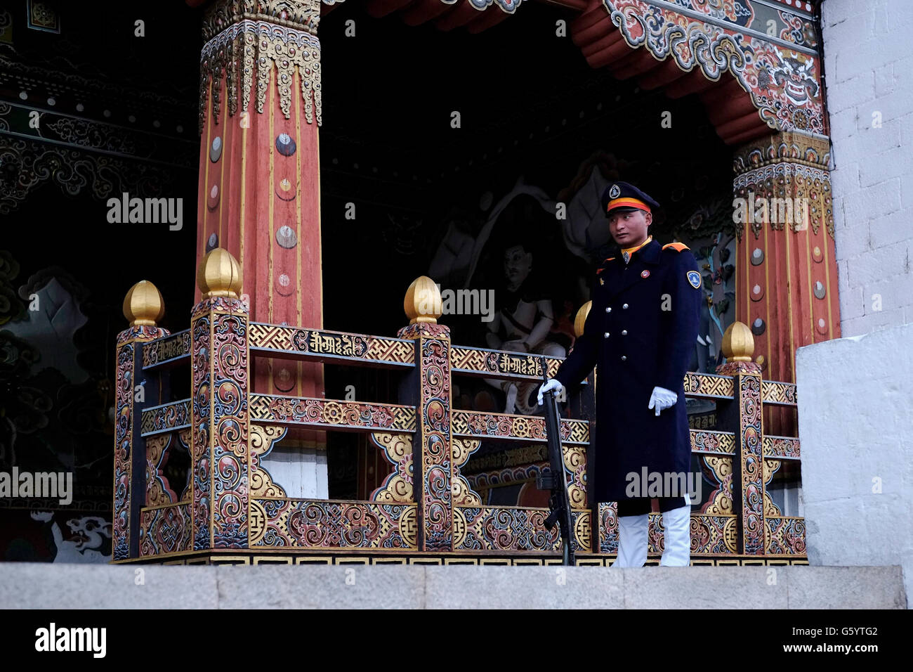 Une sentinelle à Tashichho Dzong forteresse de siège du gouvernement du Bhoutan depuis 1952 et abrite Photo Stock
