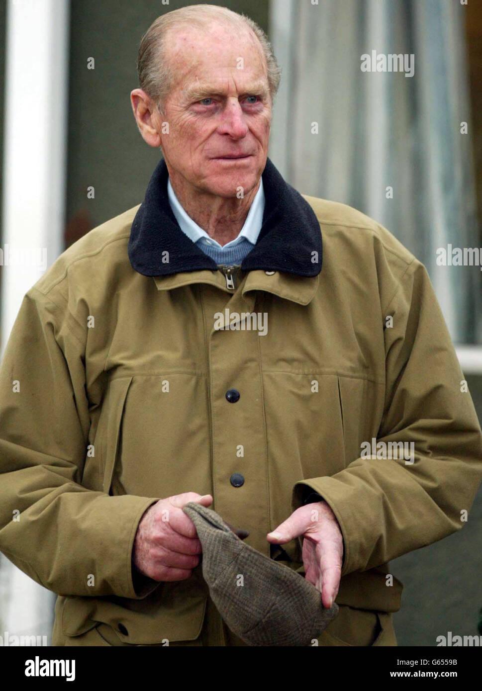 """Le duc d'Édimbourg lors d'une visite à un concours de tir de pigeon d'argile organisé par l'Association britannique de tir et de conservation sur le domaine royal de Sandringham, près de Kings Lynn, Norfolk. *..journaux avait rapporté plus tôt lundi que le duc, 81 ans, portait des yeux noirs et des coupures, mais il est apparu dans de bons esprits comme il a bavardé avec les responsables de l'association et à un moment, a demandé aux reporters """"je regarde malade ?"""" * 21/02/2003: Le duc d'Édimbourg qui a ouvert, vendredi 21 février 2003, une unité scientifique de 7 millions à l'Université York où des médicaments anticancéreux novateurs sont mis au point. Le Banque D'Images"""