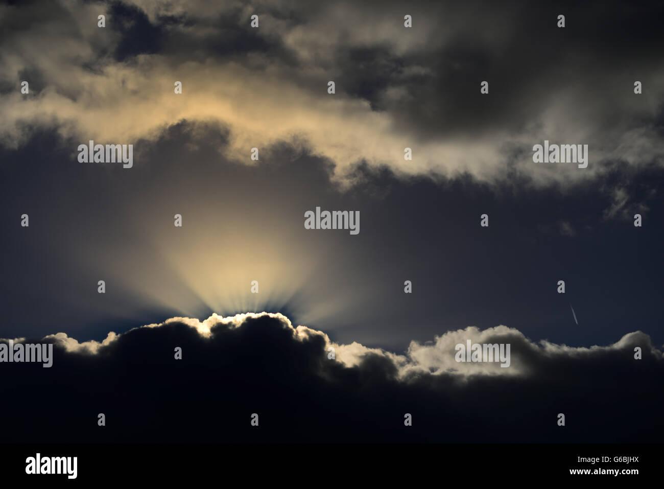 Les rayons du soleil qui brille d'un nuage. Photo Stock