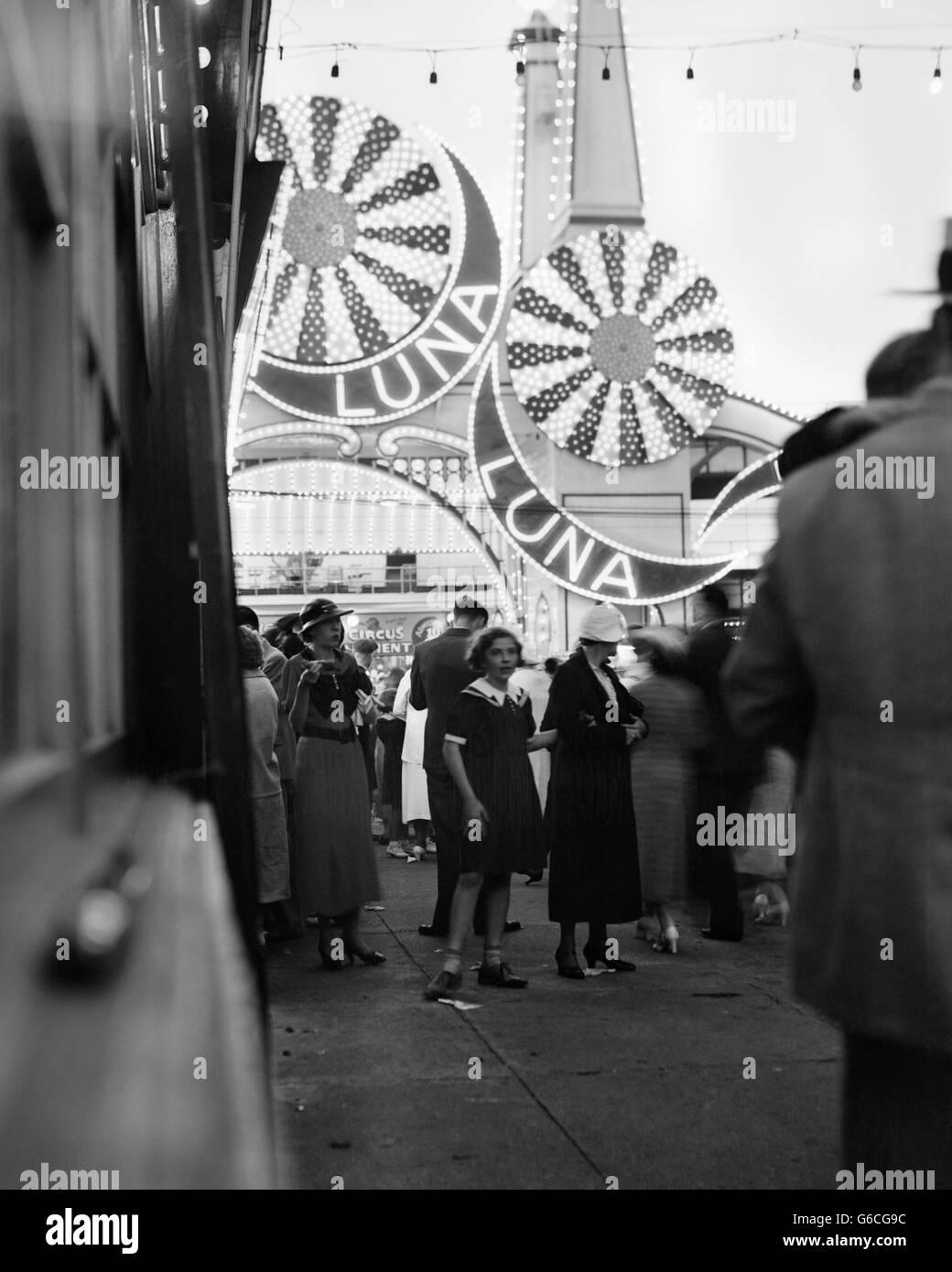 1930 LUNA PARK EN DÉBUT DE SOIRÉE CONEY ISLAND BROOKLYN NEW YORK USA Photo Stock