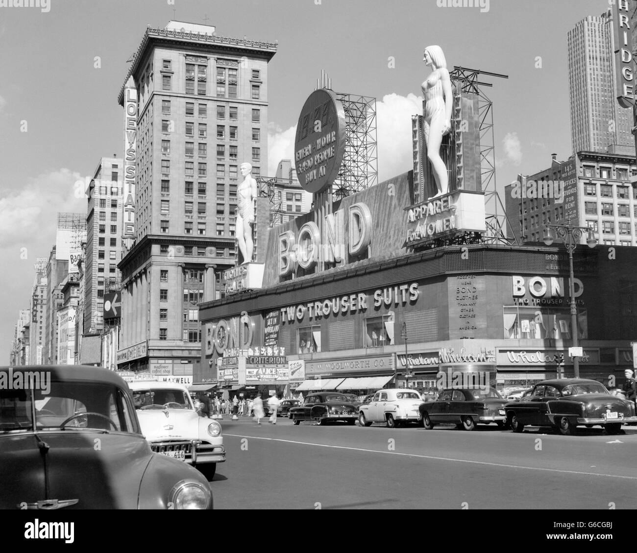 Années 1950, NEW YORK CITY TIMES SQUARE AVEC DES VÊTEMENTS D'OBLIGATIONS SIGNE ENTRE 44e et 45e Rue Photo Stock