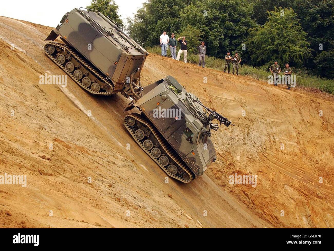 Le véhicule blindé tout terrain Viking descend une pente 1-en-1 à l'occasion du Defense Vehicle Dynamics 2003, l'un Banque D'Images