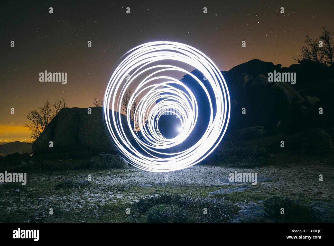 Lightpainting, des cercles dans la nuit Photo Stock