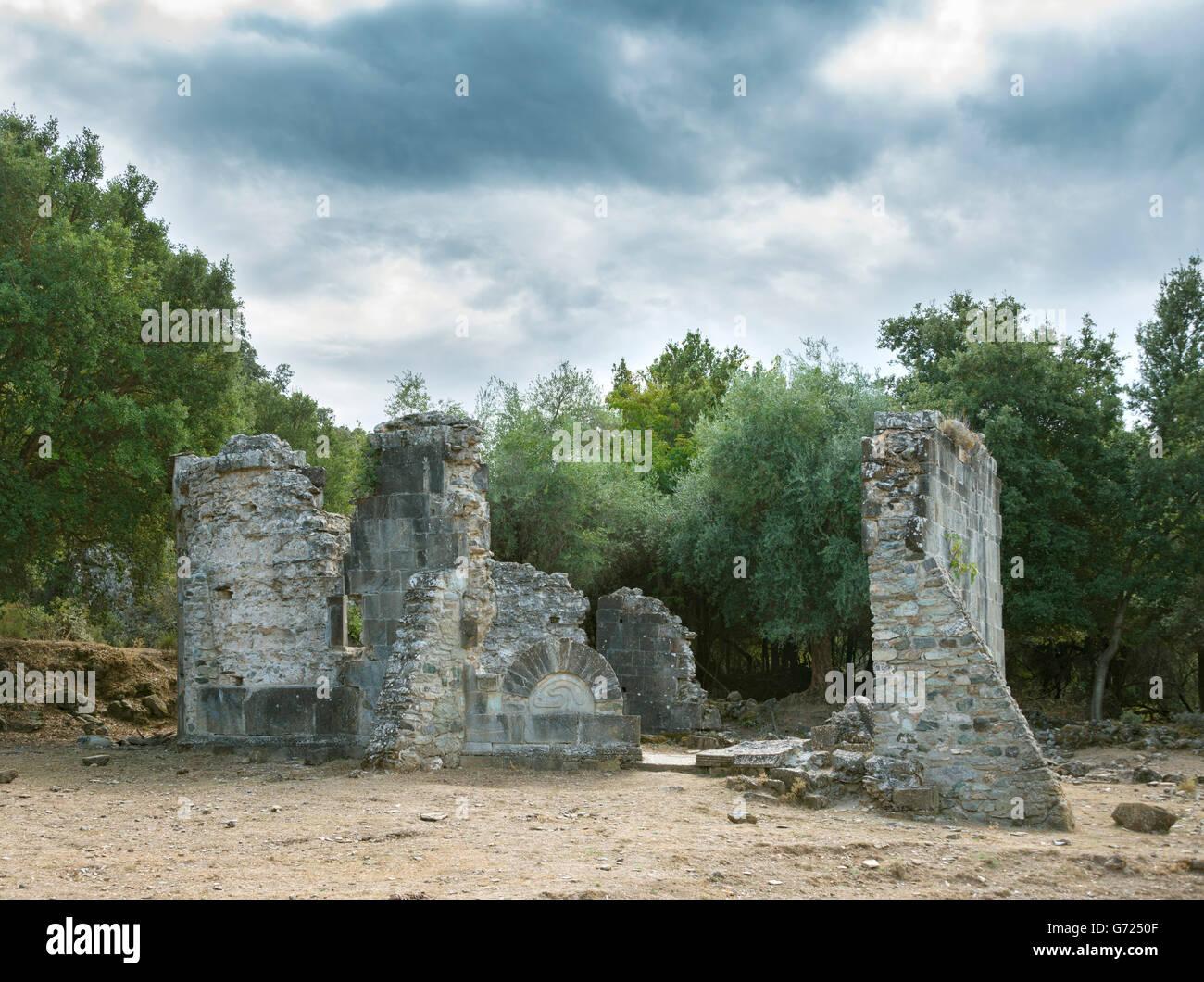 Ruine de l'église de Santa Maria di Riscamone, ciel nuageux, Valle-di-Rostino, Haute-Corse, Corse, France Photo Stock
