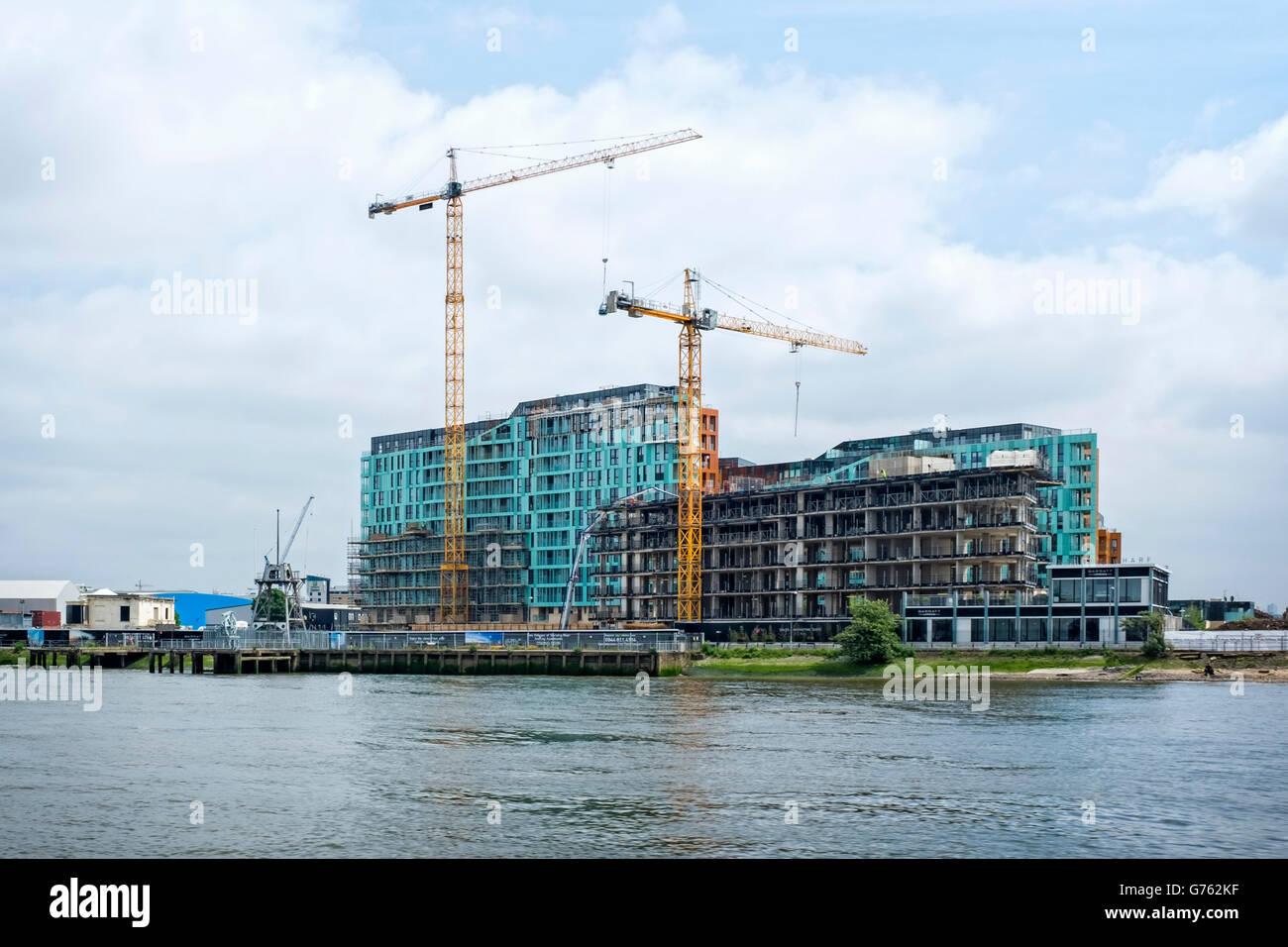 Londres, Greenwich, Enderby quai. Dans le neuf, des appartements de luxe et terminal de croisière sur la Tamise. Banque D'Images