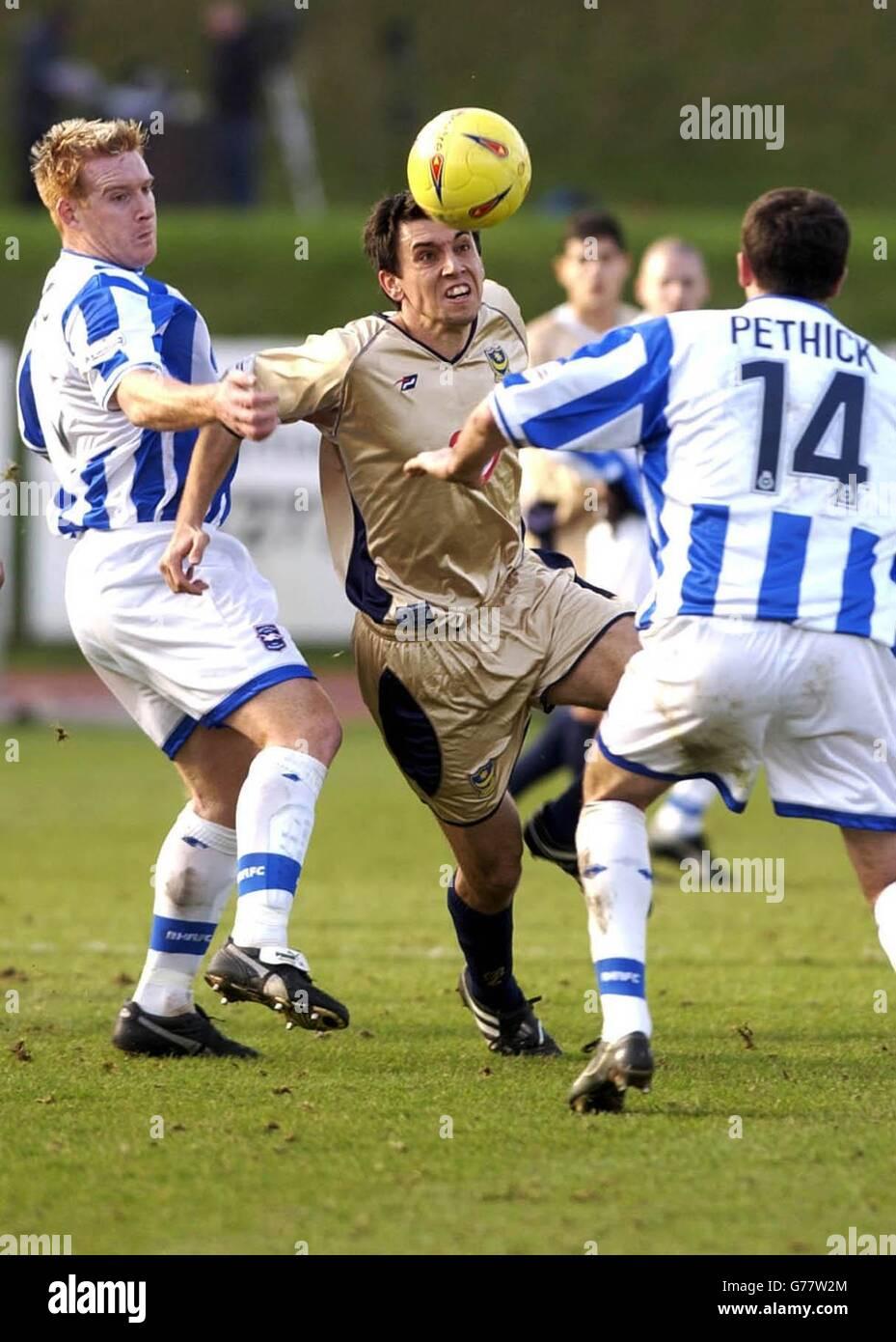 Svetoslav Todorov de Portsmouth tente de passer devant Kerry Mayo (L) et Robbie Pethick de Brighton lors de leur match de la division 1 nationale au Withdean Stadium de Brighton. PAS D'UTILISATION DU SITE WEB DU CLUB OFFICIEUX. Banque D'Images