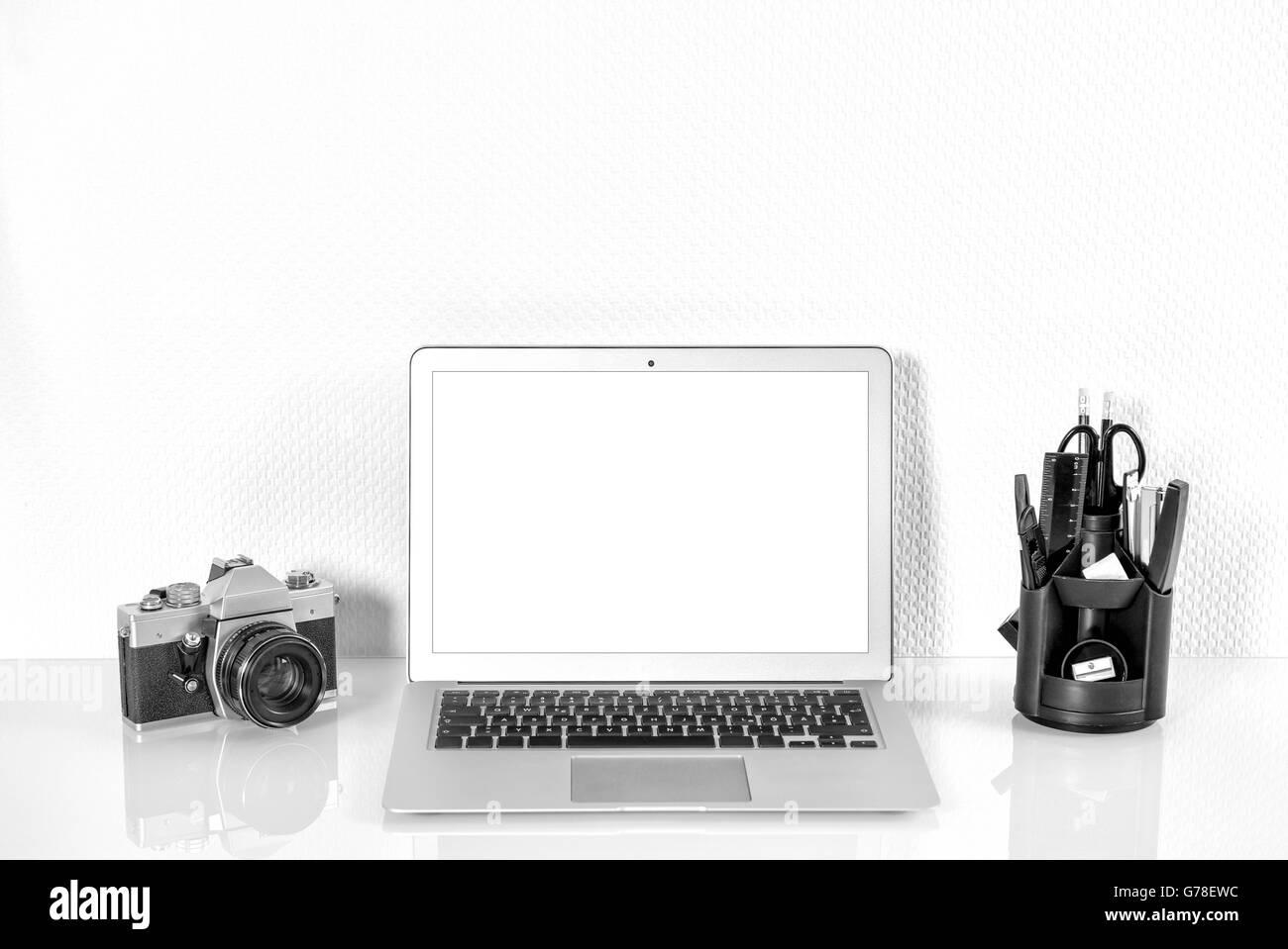 Station de travail avec des fournitures de bureau et d'analoguee vintage Appareil photo. Maquette de travail avec écran d'affichage du produit Banque D'Images