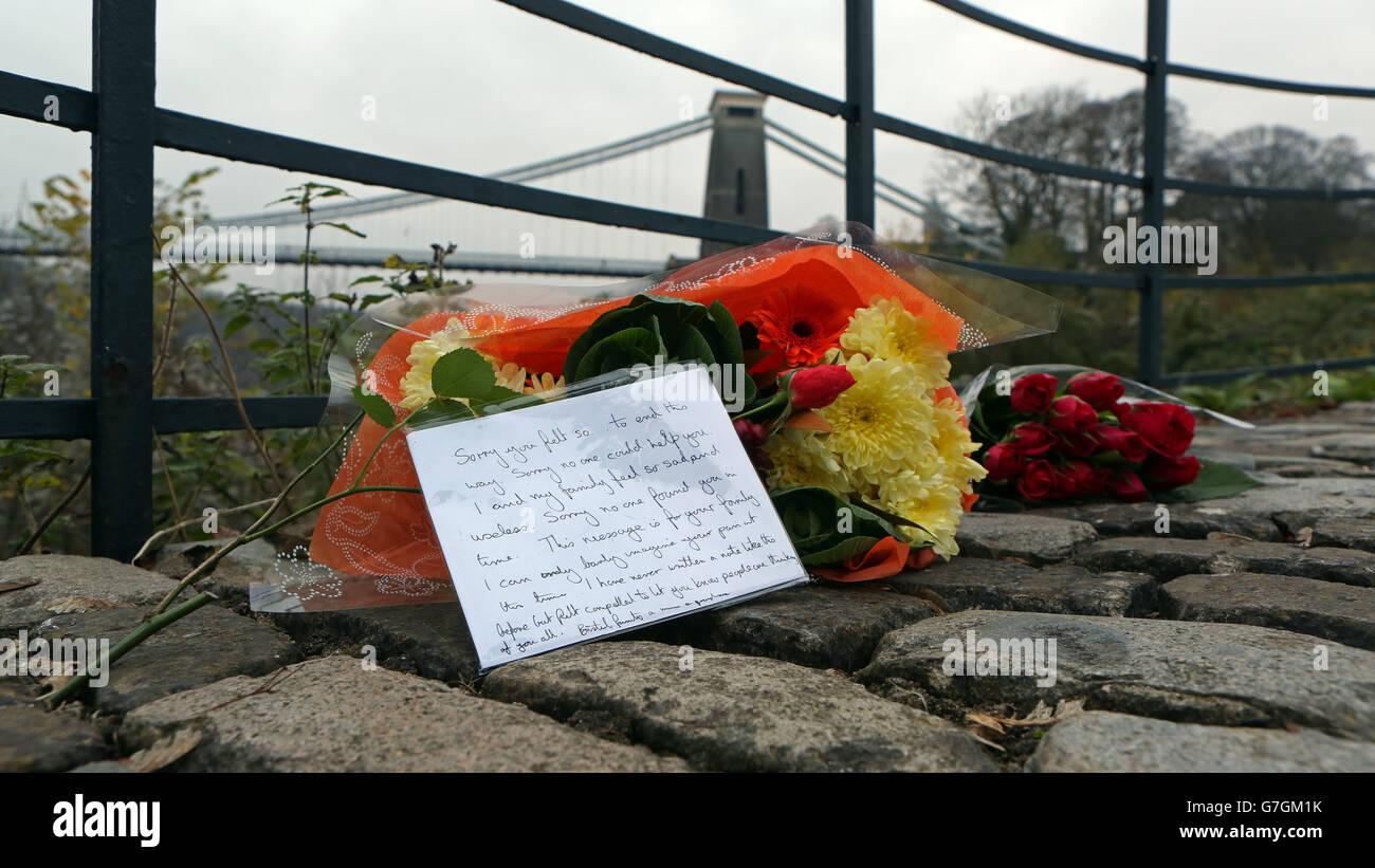 Fleurs près du pont suspendu de Clifton à Bristol, où il a été annoncé que la découverte des deux corps près de la gorge d'Avon sont de la mère manquante Charlotte Bevan et de son nouveau-né fille Zaani Tiana Bevan Malbrouck. Banque D'Images