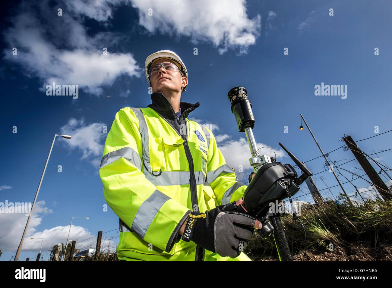 Surveyor sur site à l'aide de l'équipement d'arpentage Photo Stock