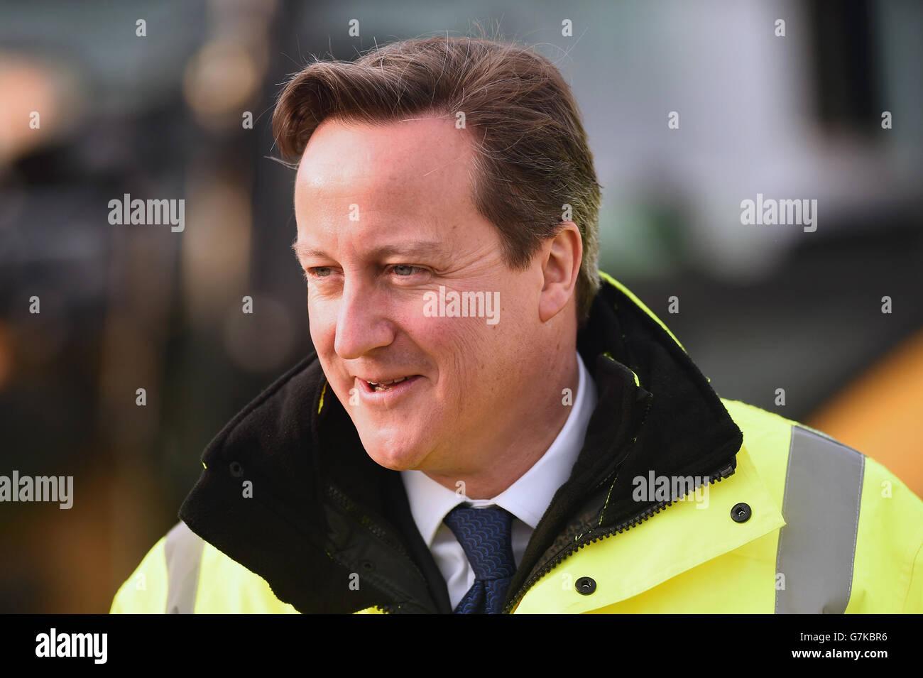 Le Premier ministre David Cameron voit de nouveaux travaux de construction à l'aéroport d'Édimbourg lors de sa première visite en Écosse depuis le référendum sur l'indépendance de septembre dernier. Banque D'Images