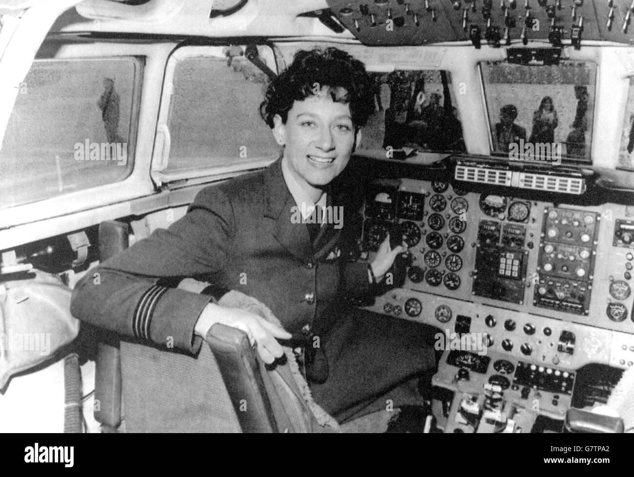 La Lieutenant de vaisseau Julie Ann Gibson aux commandes d'un avion après avoir reçu ses ailes comme première femme pilote dans la RAF, à la RAF Finningley, Doncaster. Banque D'Images