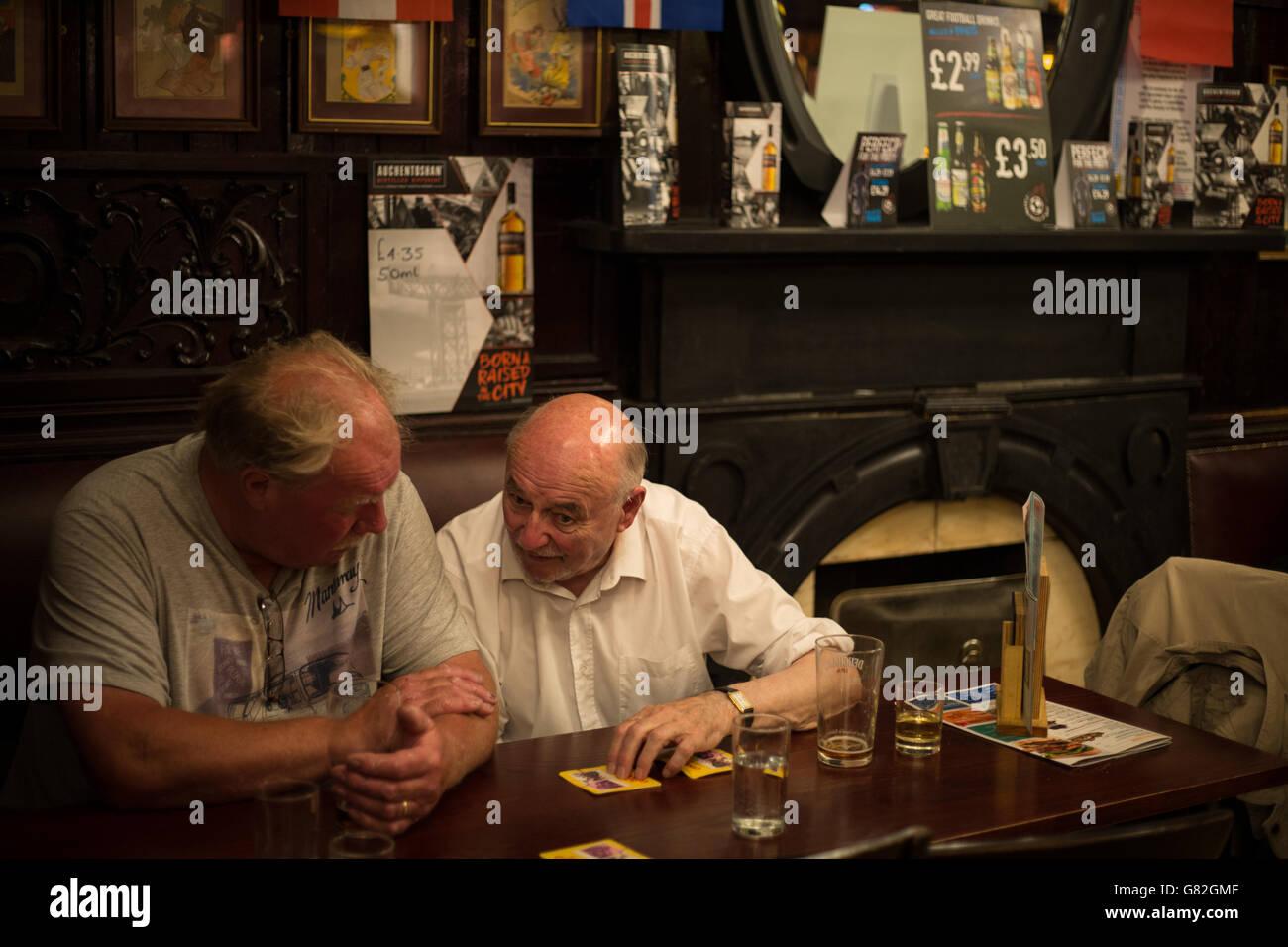 Bénéficiant d''un verre au bar Horse Shoe, Glasgow, Ecosse, Royaume-Uni. Banque D'Images