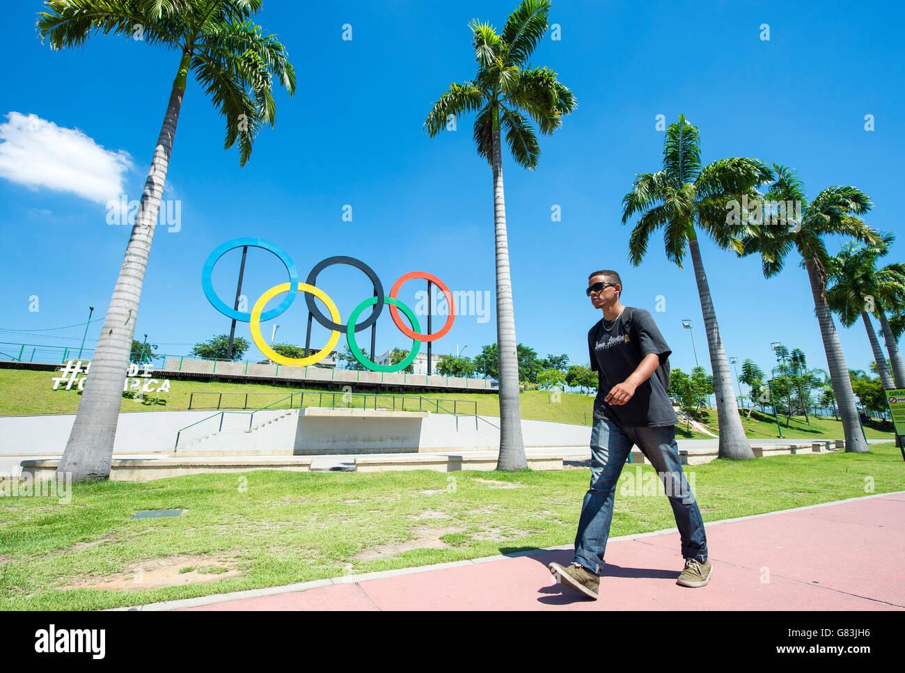RIO DE JANEIRO - le 18 mars 2016: un piéton passe devant des anneaux olympiques installés dans Parque Photo Stock