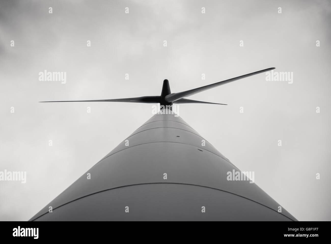 Low Angle View of Wind Turbine contre les nuages et le brouillard Photo Stock